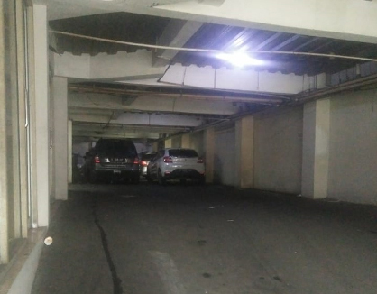 kost jakarta pusat parkir mobil